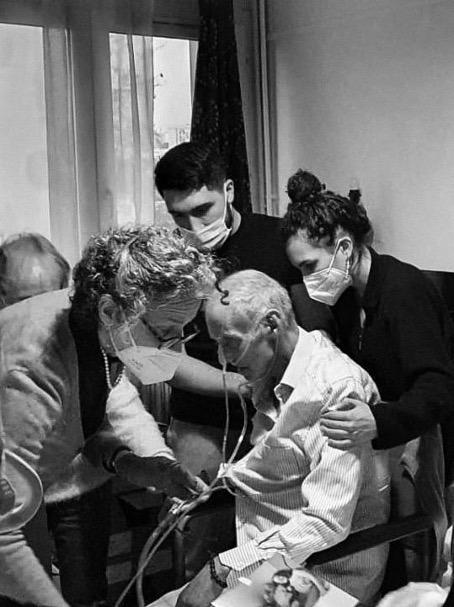 Photo intervention d'une infirmière auprès d'un patient