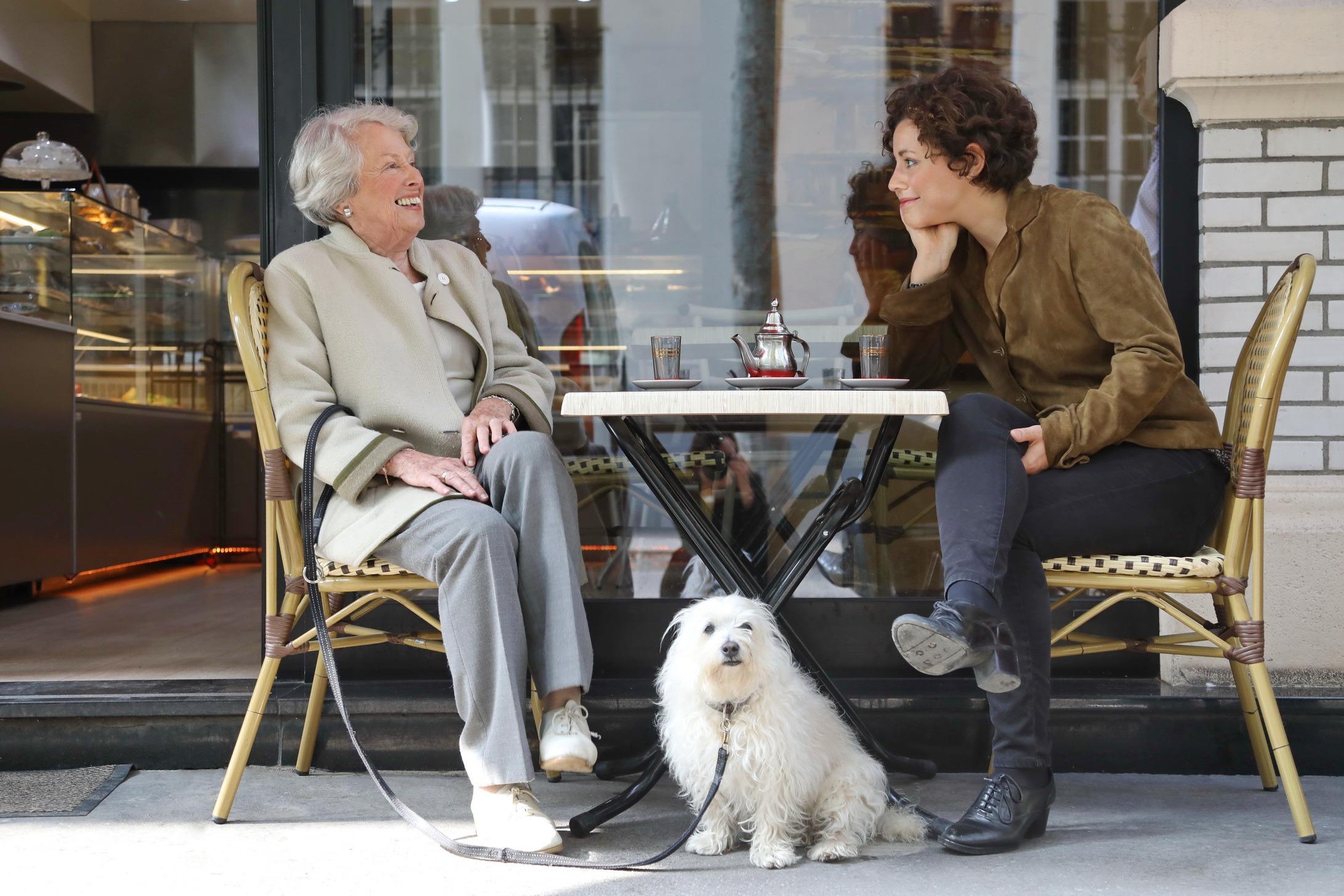 jeune et anciens dans un café